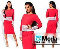 Строгий женский костюм из кофты и юбки с кружевными вставками красный