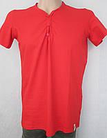 Стильна красная футболка на пуговицах. Италия