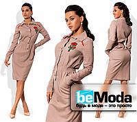 Стильное женское платье рубашечного кроя с оригинальной вышивкой на груди бежевое