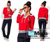 Модный женский спортивный костюм с оригинальными нашивками красный