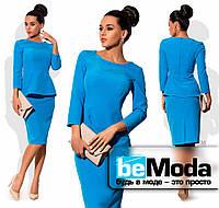 Элегантный женский костюм из блузы с баской и юбки по фигуре голубой