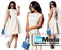 Милое женское платье с клешной юбкой белое