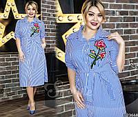 Платье на пуговицах, оно имеет рубашечный воротник, рукав до локтя и пояс, который подчеркивает талию.