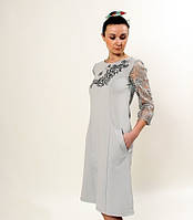 Женское платье с лаконичной вышивкой