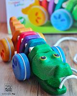Деревянная игрушка Каталка радужный крокодил, PlanToys
