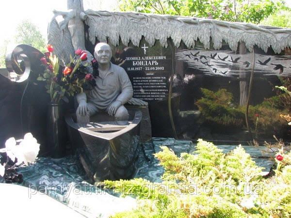 Скульптура мужчины в лодке из гранита № 4