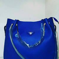 Ярко синяя сумочка Prada