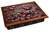 Поднос на подушке цветной сердечко, лепестки на деревянной скамейке