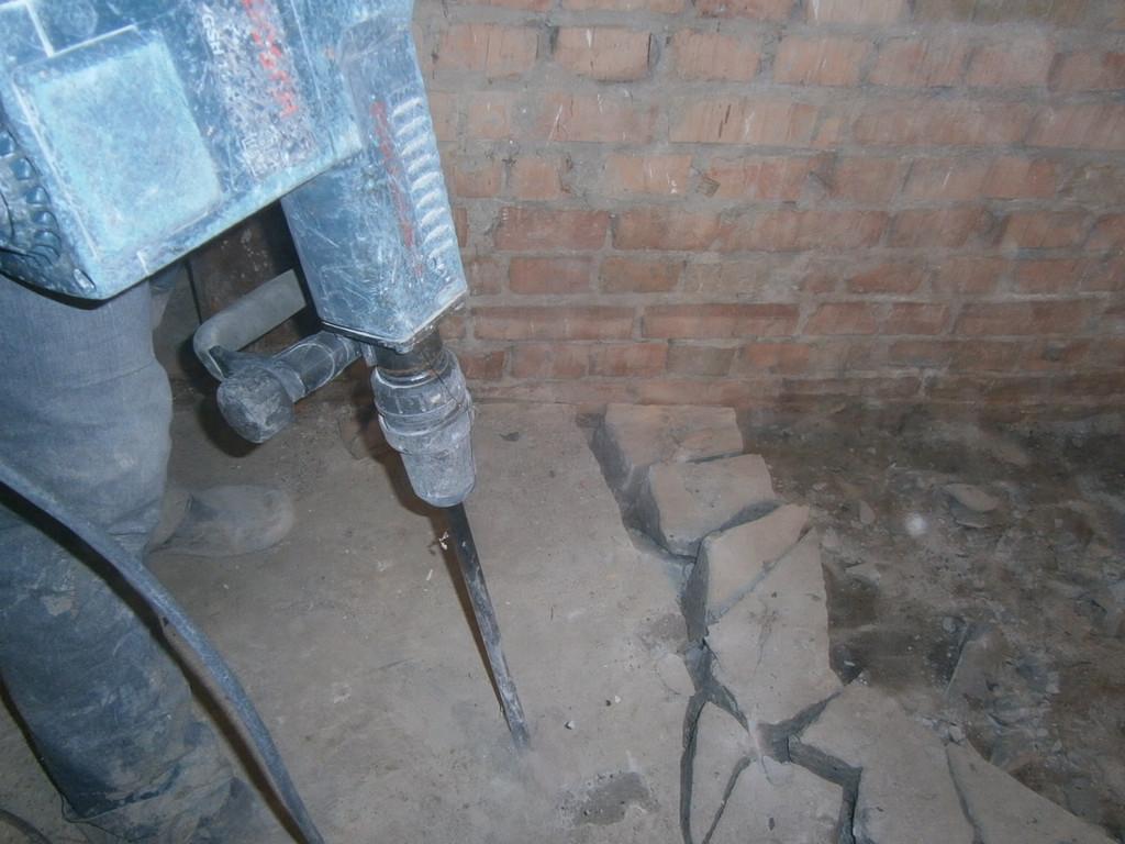Снять этот бетонный пол можно было только отбойным молотком. Никакие ломы и кувалды не помогли бы.