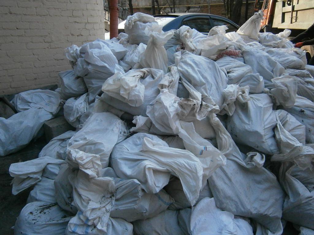 Весь разбитый бетон фасовался в мешки, выносился на улицу и вывозился на свалку КамАЗами.