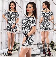 Трикотажное платье с открытыми плечами, декорированное вставками из кружева.