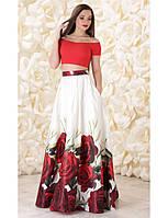 Вечернее платье в виде однотонного топа и юбки из атласа с принтом