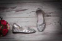 Серебряные кожаные женские босоножки на плоской подошве