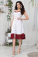 Платье-сарафан декорировано гипюром