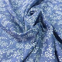 Коттон жаккард с белыми цветами на синем джинсовом фоне