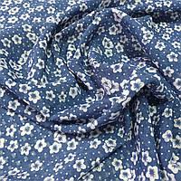 Шифон-органза с маленькими белыми цветочками на синем фоне