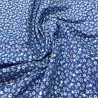 Джинс тонкий с белыми цветами на синем фоне