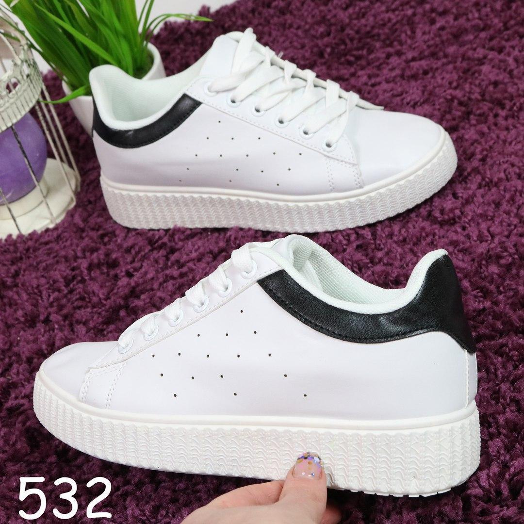 Женские кроссовки на рифлёной подошве белые с чёрной пяткой