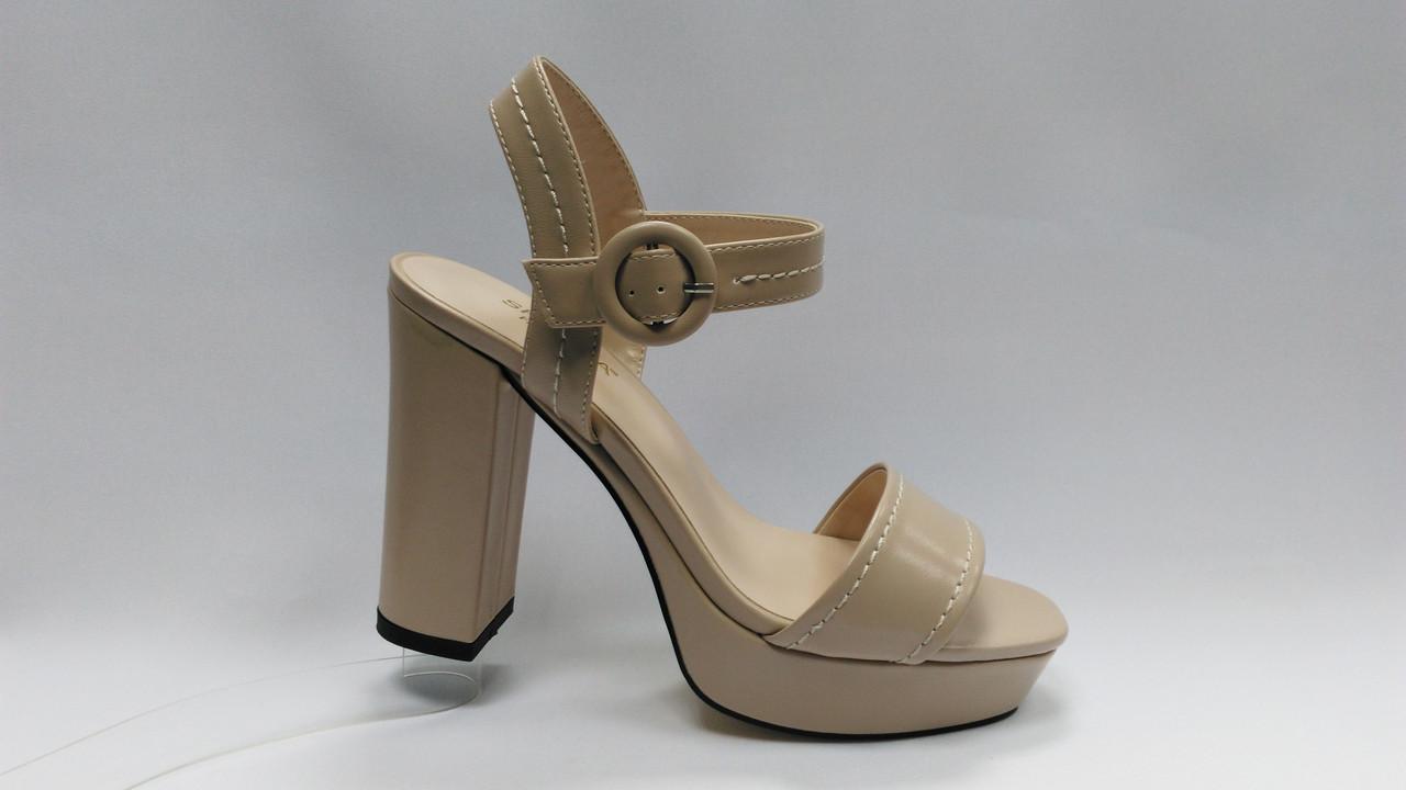 Бежевые босоножки на устойчивом каблуке .