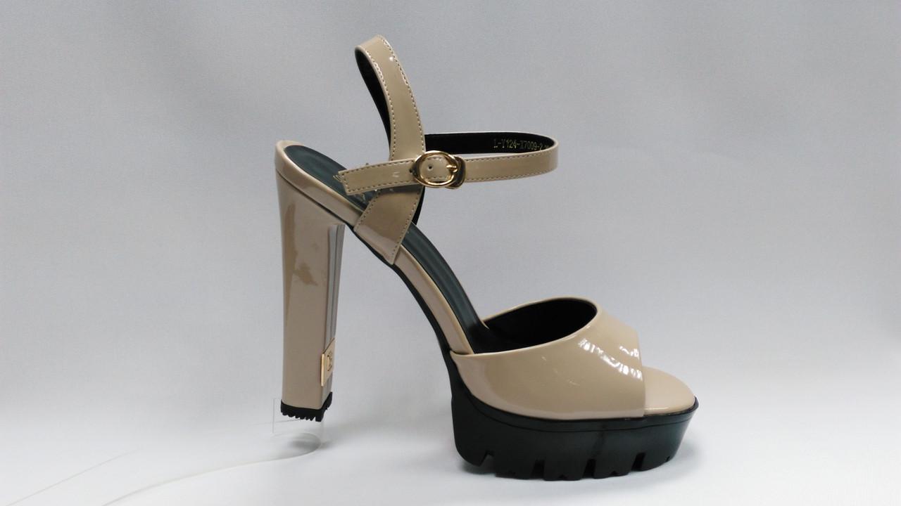 Лаковые босоножки на устойчивом каблуке