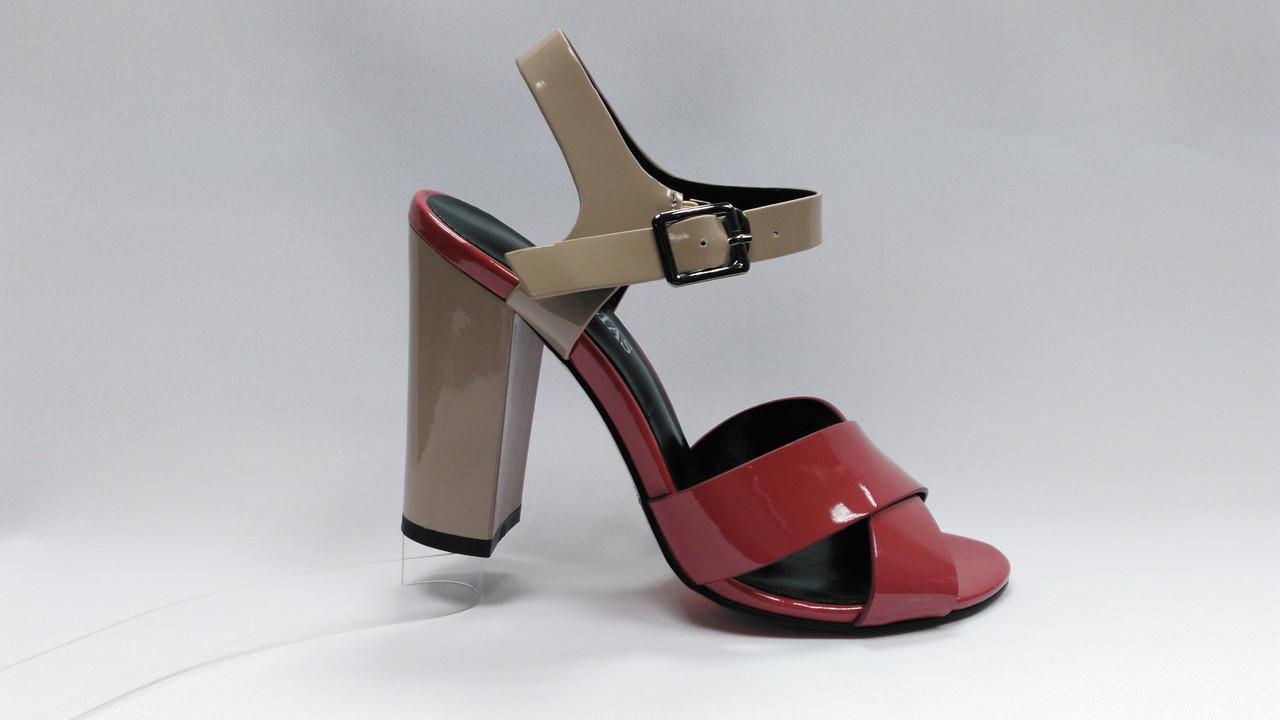Босоножки лаковые на устойчивом каблуке . Лабутэны.