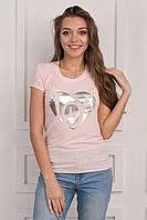 Милая женская футболка с принтом на груди