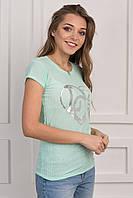 Модная женская футболка с принтом на груди салатового цвета