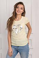 Летняя женская футболка с принтом на груди желтого цвета