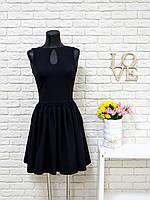 Платье черного цвета с юбкой сборкой и капелькой на груди