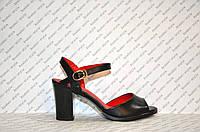Босоножки на небольшом толстом устойчивом каблуке черные
