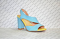 Босоножки модные на небольшом устойчивом каблуке стильные голубой + желтый