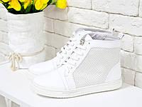 Кроссовки высокие белого цвета с перфорацией