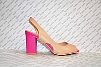 Босоножки на небольшом каблучке бежевого цвета малиновый каблук
