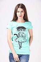 Красивая бирюзовая футболка