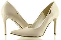 Классические женские туфли белого цвета на шпильке.