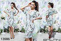 Летнее платье с V-образным вырезом, декорировано цветочным принтом.