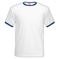 Белая мужская футболка с темно-синей окантовкой.