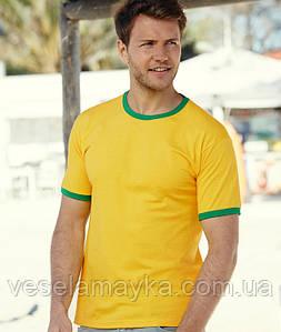 Желтая мужская футболка с зеленой окантовкой
