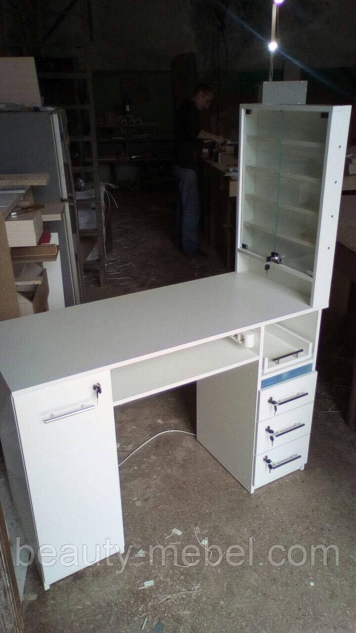 Профессиональный маникюрный стол с бактерицидной  УФ-лампой.