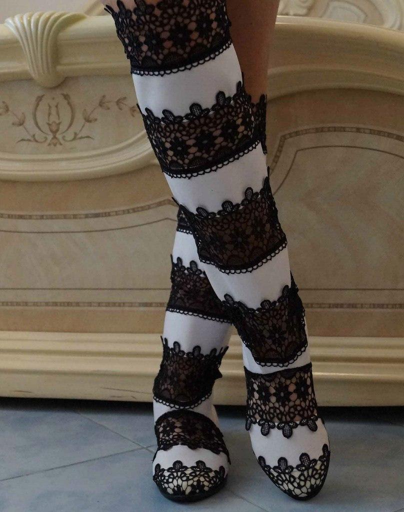 Стильные высокие черно-белые женские кружевные сапоги