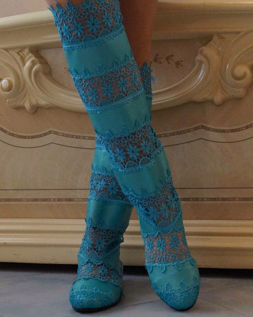 Стильные высокие бирюзовые женские кружевные сапоги