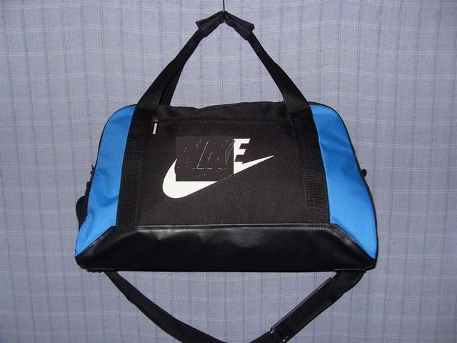 0cda6ef6 Трапециевидная дорожная сумка 013670 малая черного цвета с синими вставками  по бокам и дном из кожзаменителя.
