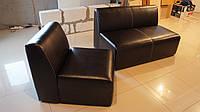 Комплект офисной мебели - диван и кресло из кожзама без подлокотников.
