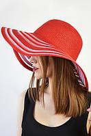 Яркая красная широкополая шляпа