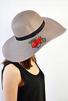 Женская пляжная шляпа украшена стикером с розой