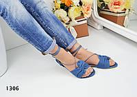 Женские джинсовые сандалии с красивыми завязками вокруг ножки.