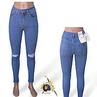 Джинсы женские зауженные Американка голубого цвета с рваной коленкой Version