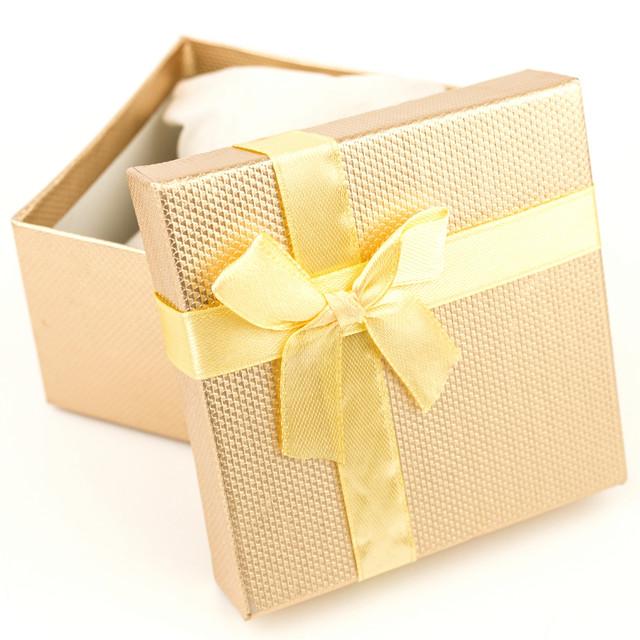 Подарочная коробка с подушечкой для часов или браслета золотая