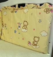 Защита на кроватку Мишка с пчёлкой на облаке бежевая