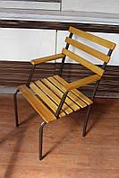 Кресло металлическое с деревянными подлокотниками